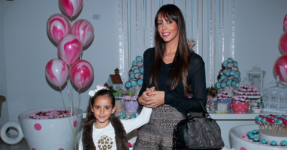 15.mai.2014 - Suzana Gullo, mulher de Marcos Mion, leva a filha Donatella no aniversário de quatro anos de Victória, filha da apresentadora Mariana Kupfer, em uma casa de festas em São Paulo