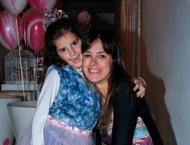 15.mai.2014 - Vera Viel, mulher de Rodrigo Faro, leva a filha Maria no aniversário de quatro anos de Victória, filha da apresentadora Mariana Kupfer, em uma casa de festas em São Paulo
