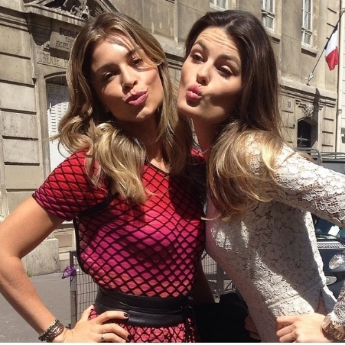 """16.mai.2014 - Em Cannes, Grazi Massafera encontrou Isabeli Fontana. As duas fizeram biquinho para a foto. """"Paris aqui esta... A caminho do laboratório @lorealparisbrasil com a linda @massafera"""", escreveu a modelo em seu Instagram"""