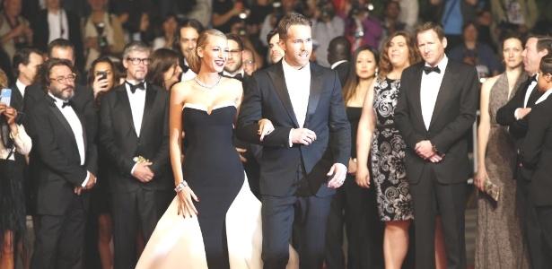 """16.mai.2014 - O ator Ryan Reynolds e sua mulher, a atriz Blake Lively, posam antes da exibição do longa """"The Captive"""" - Valery Hach/AFP Photo"""