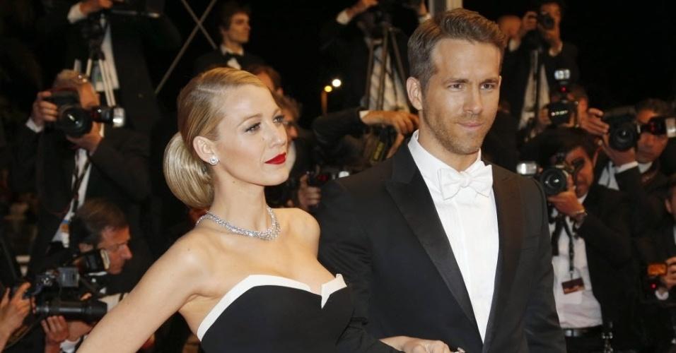 """16.mai.2014 - O ator Ryan Reynolds e sua mulher, a atriz Blake Lively, posam antes da exibição do longa """"The Captive"""", do diretor Atom Egoyan"""