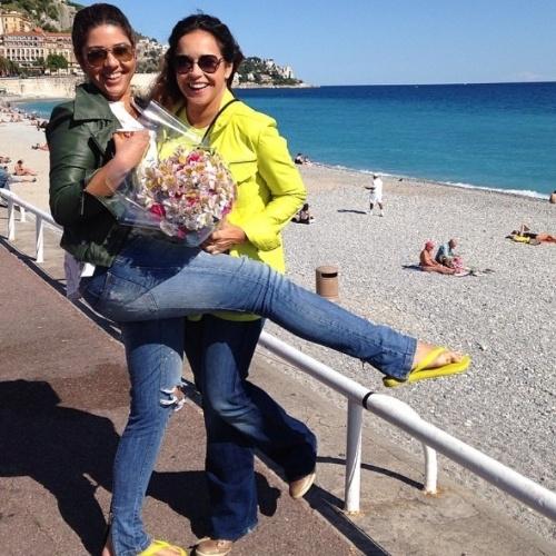 """16.mai.2014- Daniela Mercury curte viagem romântica com a mulher, Malu Verçosa na orla de Nice, na França: """"Comprei um buquê de flores para a minha flor"""", escreveu a cantora em seu Instagram"""