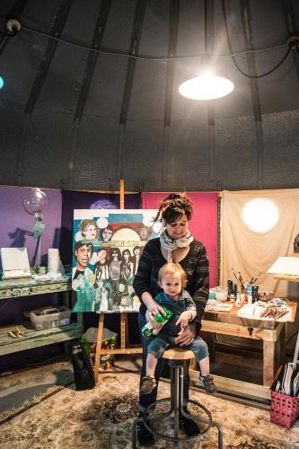 A artista plástica Patricia Arroyo transformou a casa em metal, fabricada nos anos 1940 para uso militar, em um estúdio de arte