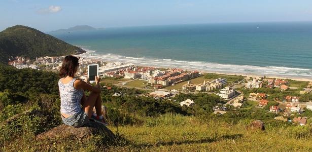 A blogueira Jaqueline Barbosa, que trabalha enquanto viaja, na Praia Brava, em Florianópolis (SC) - Arquivo Pessoal