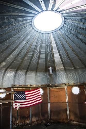 Com telhado cônico e janelas esféricas, a casa em metal é uma das 12 das construções conhecidas como DDUs - Dymaxion Deployment Units (em tradução livre, Unidades de Preparação de Tropas Dymaxion), situadas em Wall Township, Nova Jersey (EUA)