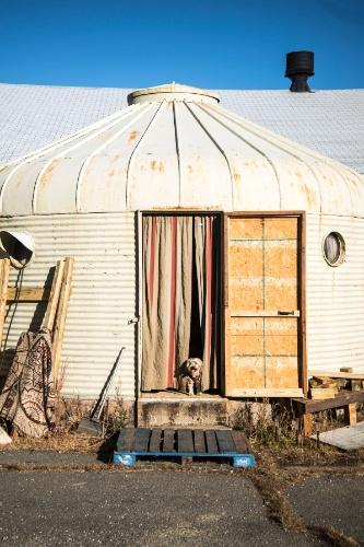 Locada pela artista plástica Patricia Arroyo, a casa em metal, com telhado cônico, é uma das construções conhecidas como DDUs que foram fabricadas nos anos 1940 e distribuídas por bases militares do mundo todo