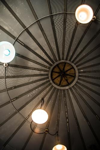 No detalhe, o telhado cônico de uma das casas estruturadas em metal e conhecidas como DDUs