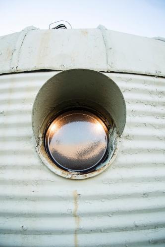 No detalhe, uma das janelas esféricas, que se assemelham a um olho, de uma das casas estruturadas em metal