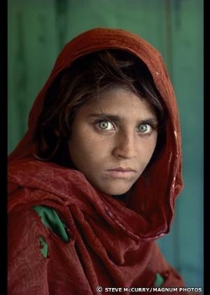 """A jovem afegã Sharbat Gula, em foto que se tornou capa da revista """"National Geographic Magazine"""" - Steve McCurry/Magnum Photos"""