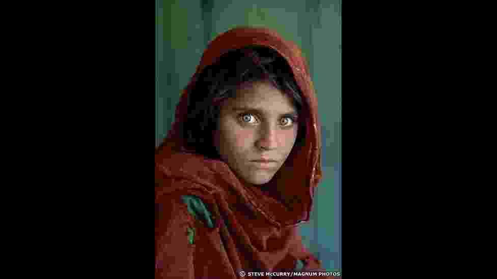 Sua foto de uma jovem órfã afegã de olhos verdes, Sharbat Gula, tirada em uma campo de refugiados, tornou-se um ícone da guerra e a imagem mais conhecida da história da revista 'National Geographic Magazine' - Steve McCurry/Magnum Photos
