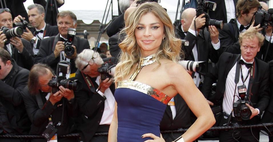 17.mai. 2014 - Grazi Massfera chega para a estreia do filme Saint Laurent no 67º Festival de Cinema de Cannes usando um modelo azul carbono de Pedro Lourenço