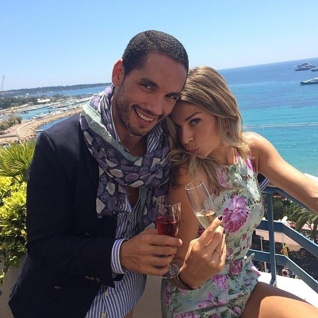"""17.mai.2014 - Em Cannes, Grazi Massafera """"mandou"""" beijinho no ombro acompanhada do amigo, André Albarra, A atriz está na cidade a convite de uma marca de cosméticos do qual é embaixadora"""