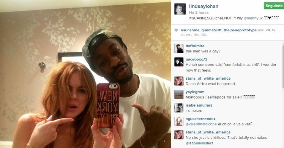 17.mai.2014 - Em foto polêmica, Lindsay Lohan deixou parte dos seios à mostra. No selfie compartilhado em seu Instagram, ela ainda aparece com o cabelo bagunçado e segurando um cigarro na mão direita