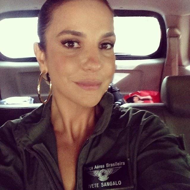 """17.mai.2014 - Ivete Sangalo agradeceu a homenagem que ganhou da Força Aérea Brasileira (FAB). """"Uma grande honra estou sentindo. Sou , oficialmente, a madrinha do primeiro sétimo GAV. Estou tão feliz de voar juntinho no P3AM da Força Aérea Brasileira! Obrigada Coronel Adolfo, coronel Lima Junior, e coronel Morau e toda corporação e todo esquadrão ORUNGAN"""", disse a baiana"""
