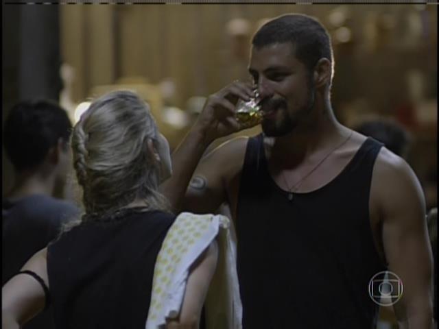 André e Sandra conversam e ela sugere que ele pague a cerveja que bebeu com uma aula de boxe