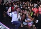 Ex-BBB Marcelo faz selfie com fãs em festa no Rio - Thyago Andrade/Foto Rio News