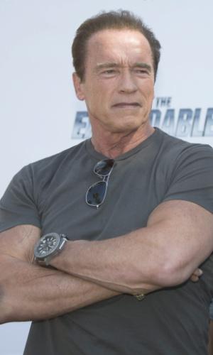 """18.mai.2014 - Arnold Schwarzenegger faz pose ao divulgar """"Os Mercenários 3"""" em Cannes"""