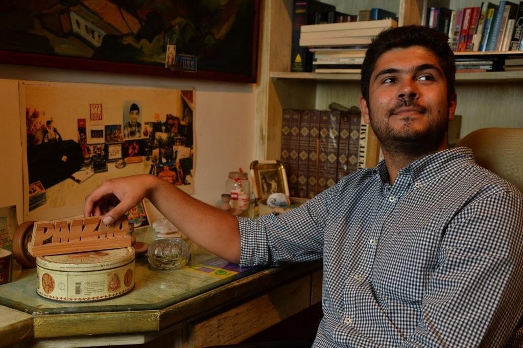 12.mai.2014 - Filho de Renato Russo, Giuliano Manfredini abre as portas do apartamento do pai, no bairro de Ipanema, no Rio de Janeiro