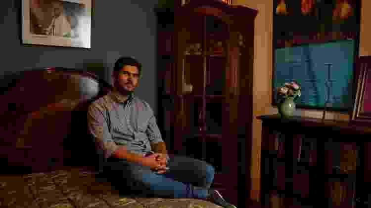 12.mai.2014 - Filho de Renato, Giuliano Manfredini, posa no quarto do pai, em apartamento em Ipanema, no Rio - André Lobo/UOL - André Lobo/UOL