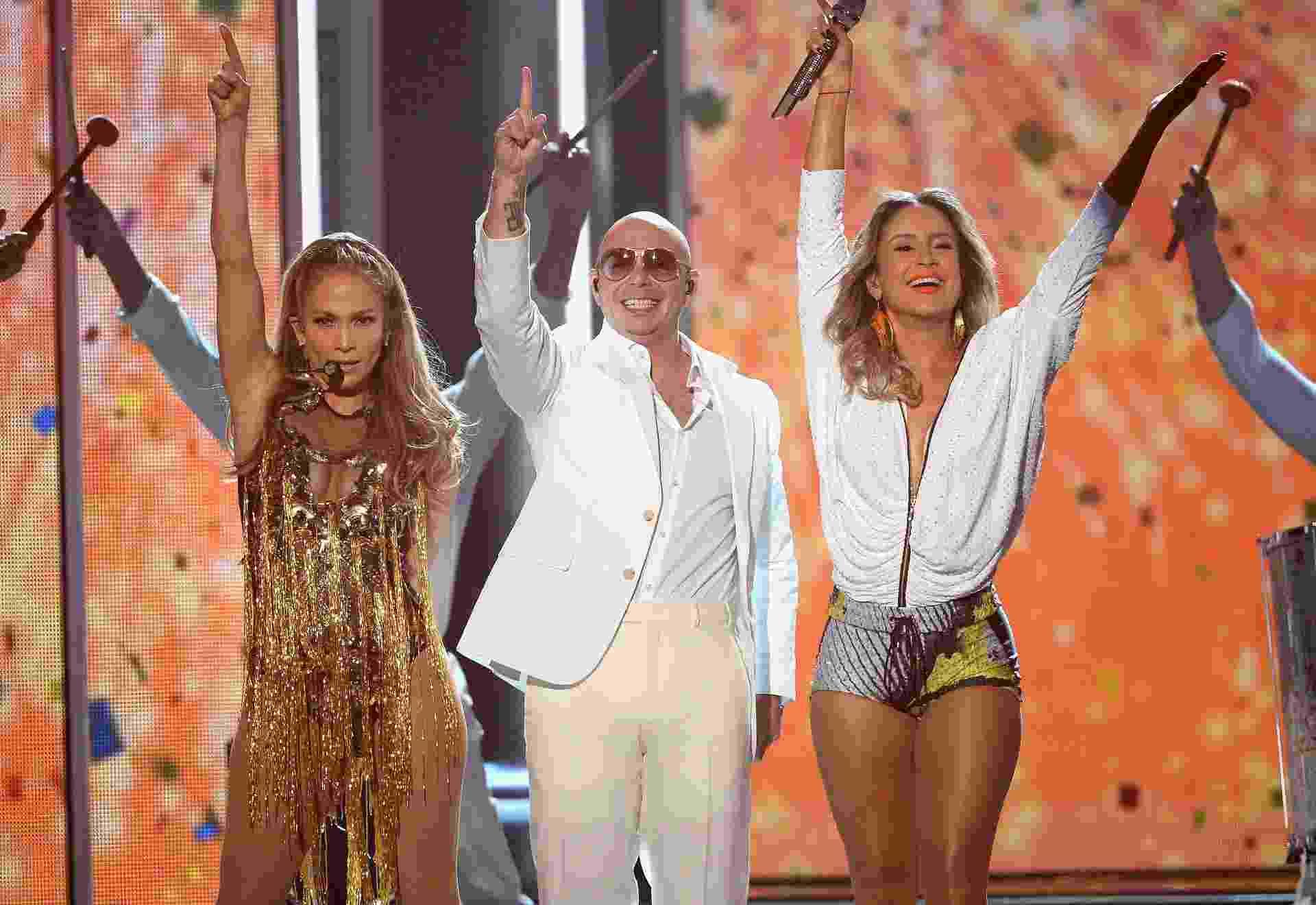 """18.mai.2014 - Jennifer Lopez, Pitbull e Claudia Leitte se apresentam no 2014 Billboard Music Awards em Las Vegas. O trio cantou """"We Are One"""", música oficial da Copa do Mundo de 2014 - AFP"""