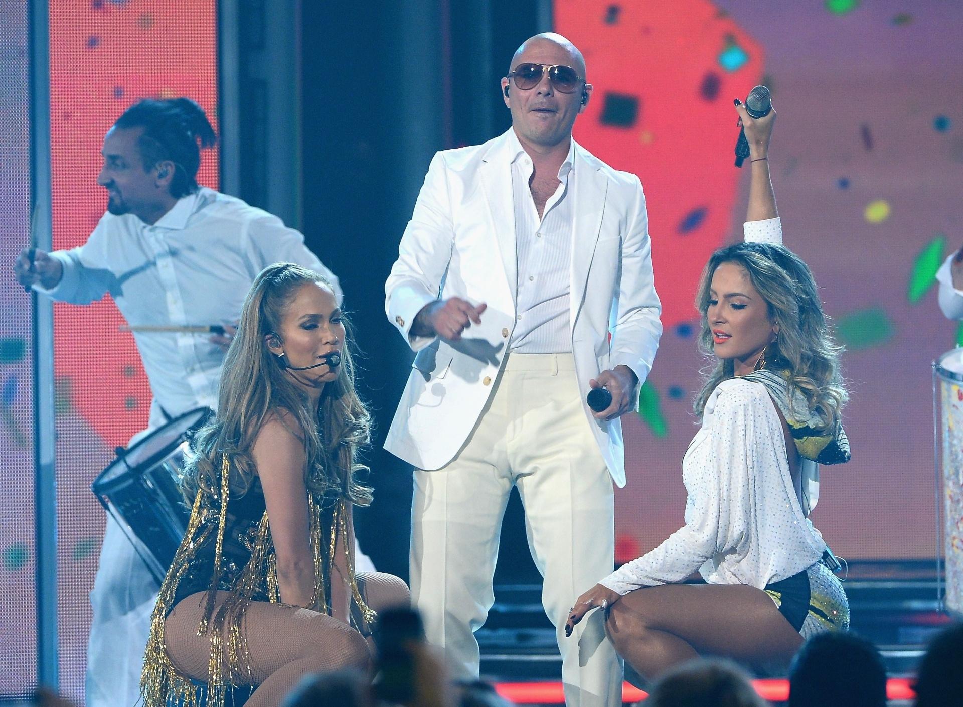 18.mai.2014 - Jennifer Lopez, Pitbull e Claudia Leitte se apresentam no 2014 Billboard Music Awards em Las Vegas. O trio cantou