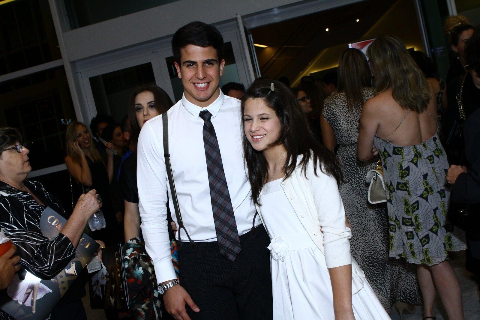 19.mai.2014 - Enzo e Sophia, filhos de Claudia Raia, prestigiaram a estreia do musical