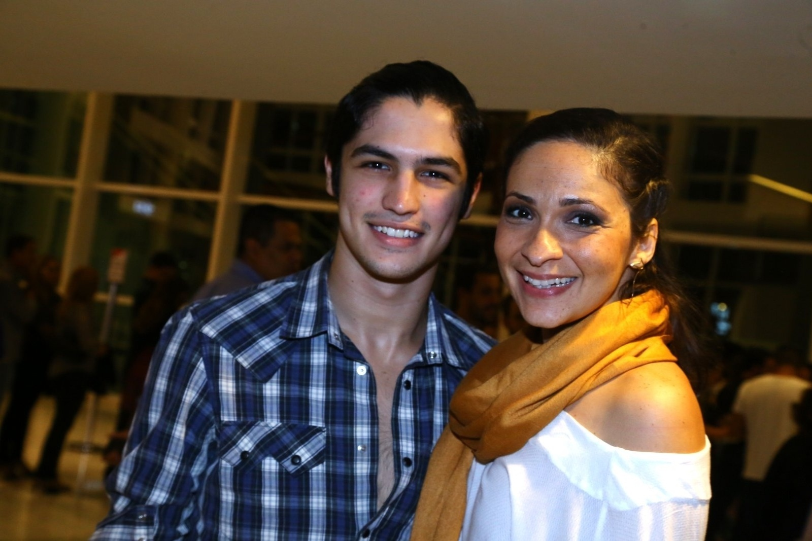 19.mai.2014 - Gabriel Leone e Sabrina Korgut prestigiaram a estreia do musical