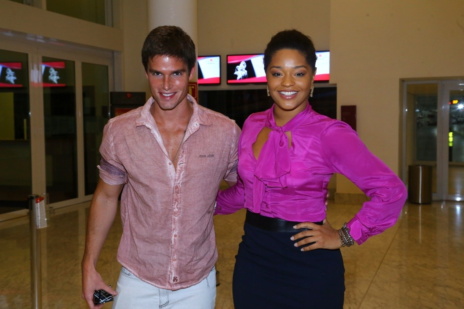 19.mai.2014 - Jonatas Faro e Juliana Alves prestigiaram a estreia do musical