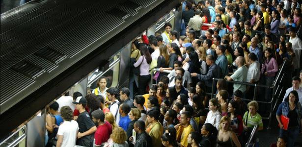 O metrô de São Paulo transporta, em média, cerca de 5 milhões de passageiros ao dia