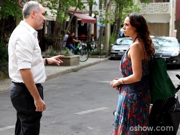 Juliana encontra médico de Gorete no meio da rua