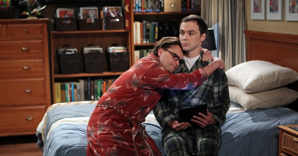 "Leonard (Johnny Galecki) abraça Sheldon (Jim Parsons) em ""The Big Bang Theory"""