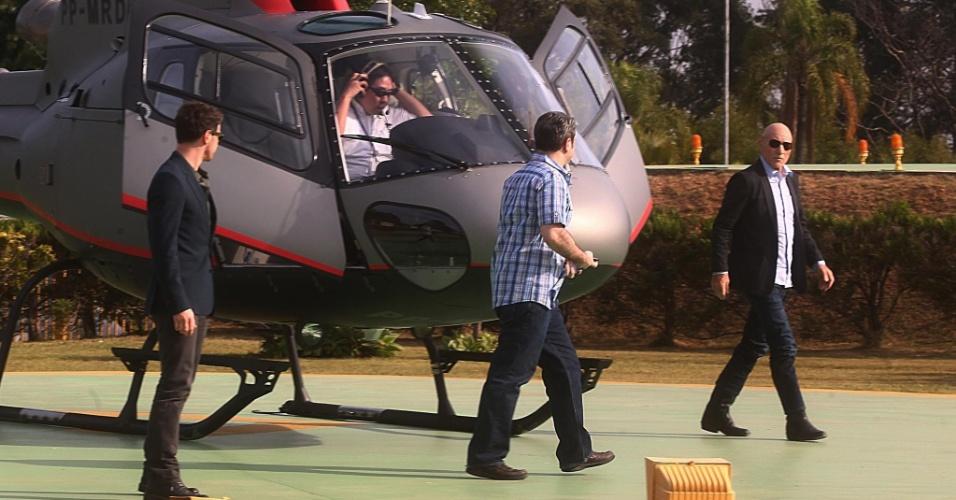 """maio.2014 - Patrick e James chegam de helicóptero ao estúdio do SBT em Osasco, na Grande São Paulo, para participarem do programa """"The Noite"""". Os atores falaram sobre o lançamento do novo filme da saga """"X-Men"""""""