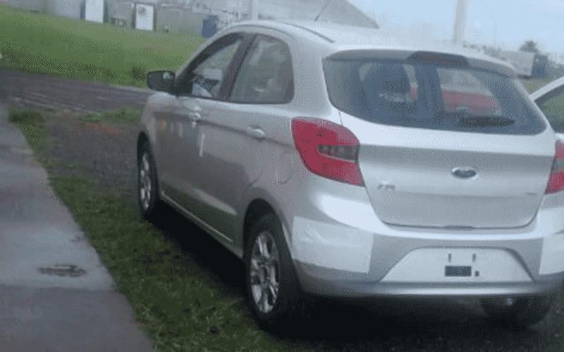 Novo Ford Ka já se mostra sem disfarces, apenas com adesivos de proteção - Filipe Ferreira/UOL
