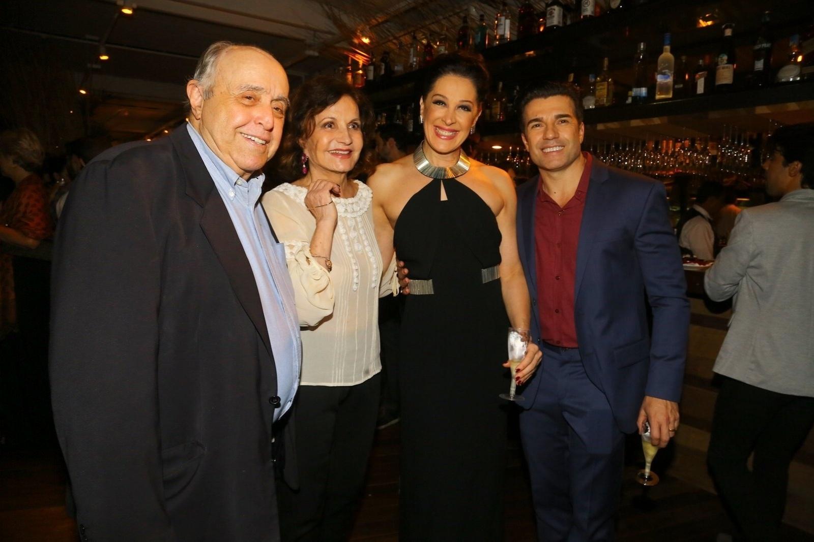 19.mai.2014 - Mauro Mendonça e Rosamaria Murtinho prestigiam a estreia do musical