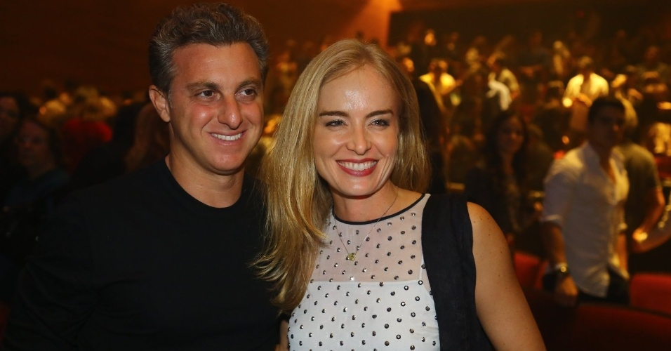 19.mai.2014 - O casal de apresentadores Luciano Huck e Angélica se divertem na estreia do musical