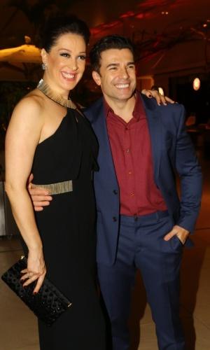 19.mai.2014 - O casal de protagonistas Claudia Raia e Jarbas Homem de Mello recebem convidados na estreia da temporada carioca do musical