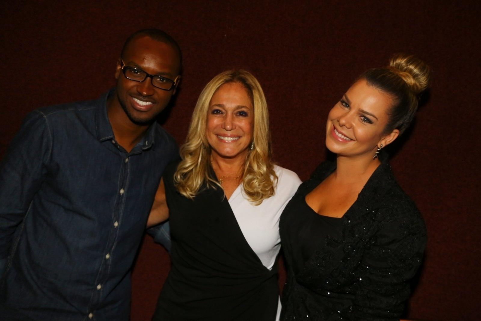 19.mai.2014 - Thiaguinho, Susana Vieira e Fernanda Souza confraternizam nos bastidores do musical