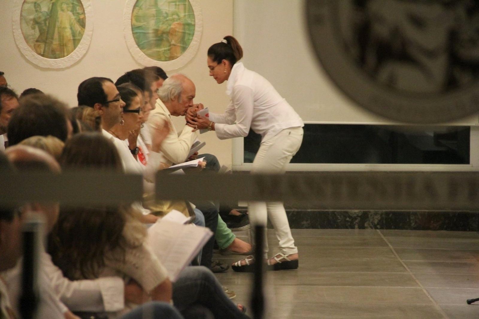 20.mai.2014 - Christiane Torloni cumprimenta Eramos Carlos durante missa de sétimo dia do filho Alexandre Pessoal na Capela Santo Antônio, na Barra da Tijuca, no Rio de Janeiro