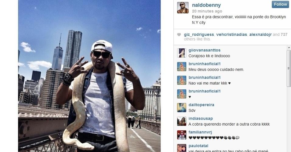 20.mai.2014 - Em Nova York, Naldo Benny posou com uma cobra no pescoço. A imagem foi compartilhada no Instagram do cantor