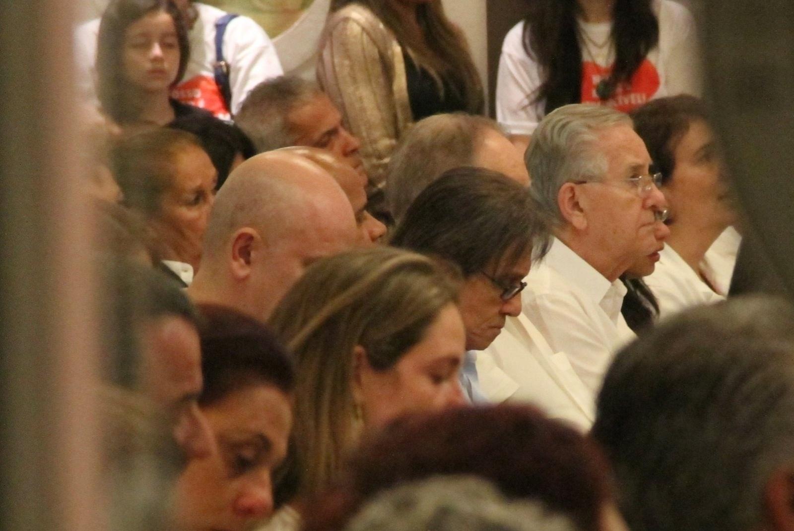 20.mai.2014 - Roberto Carlos reza durante missa de sétimo dia do filho de Eramos Carlos Alexandre Pessoal na Capela Santo Antônio, na Barra da Tijuca, no Rio de Janeiro