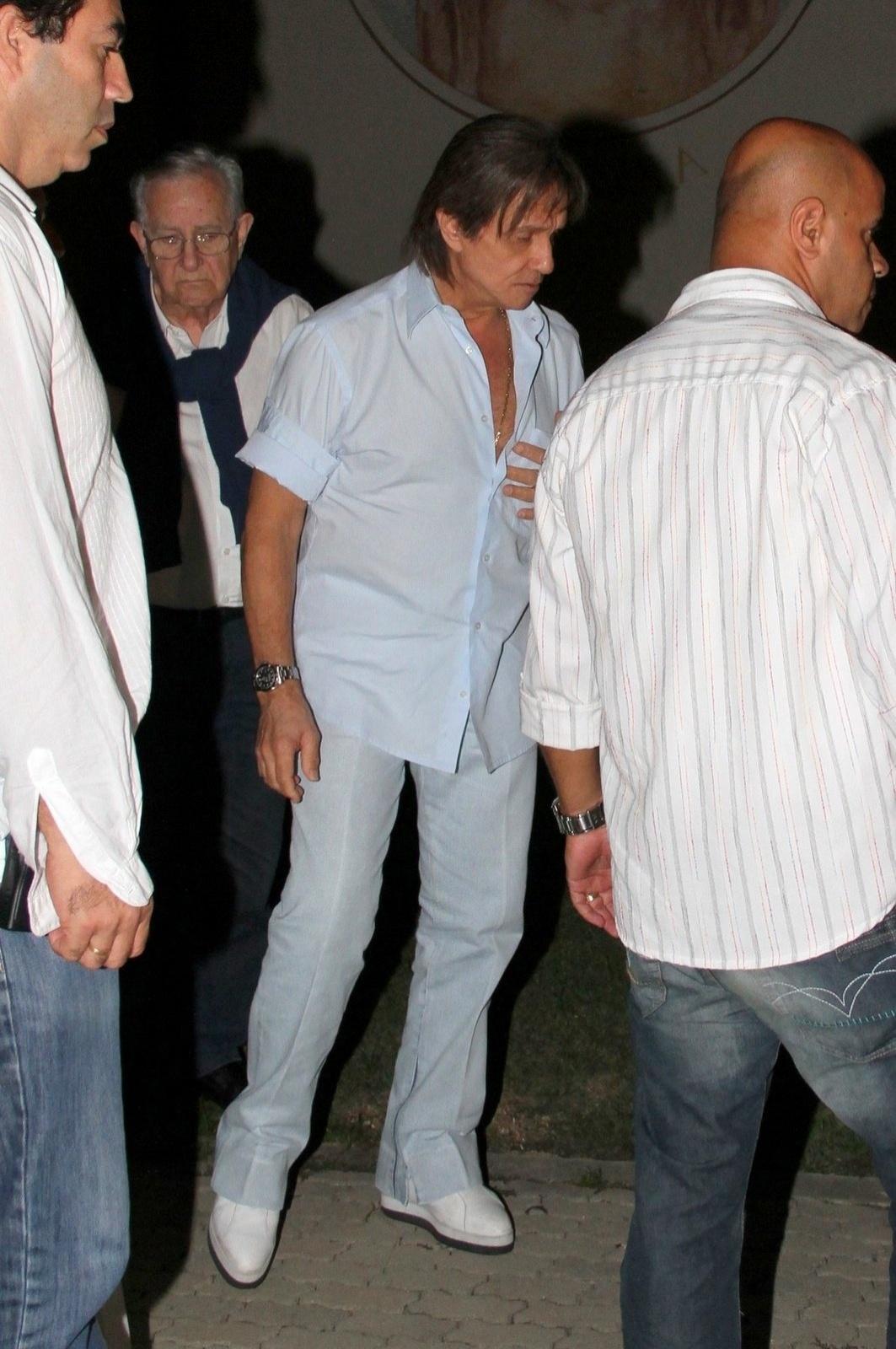 20.mai.2014 - Roberto Carlos vai à missa de sétimo dia do filho de Eramos Carlos Alexandre Pessoal na Capela Santo Antônio, na Barra da Tijuca, no Rio de Janeiro