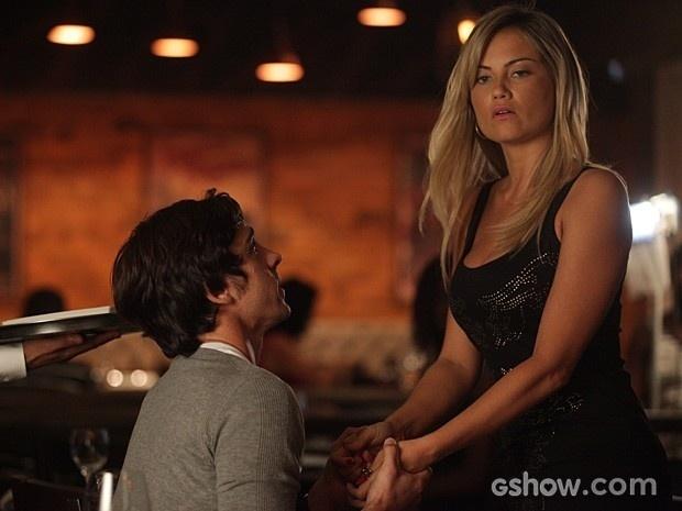 Ernesto se ajoelha e implora para que Ludmila volte para ele