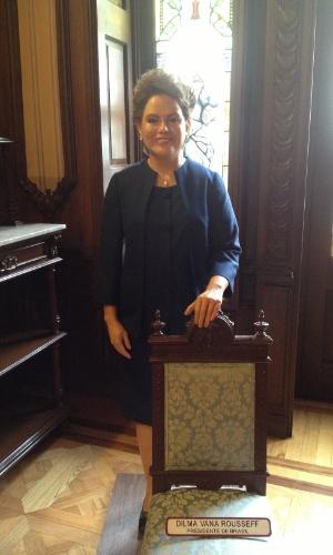 No Museu de Cera da Cidade do México, a estátua de Dilma está cercada por um elegante cenário de madeira