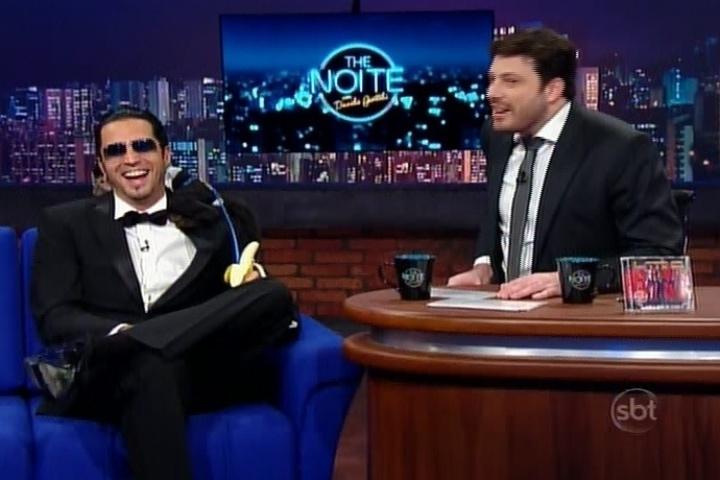 """20.mai.2014 - Latino vai ao programa de Danilo Gentili, o """"The Noite"""", divulgar seu novo clipe """"James Bond Cama"""", baseado na história de um cachorro """"pegador"""""""