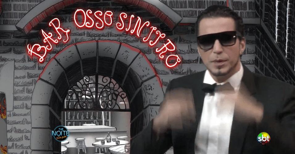 """20.mai.2014 - Latino vai ao """"The Noite"""", do SBT, apresentar em primeira mão seu novo clipe """"James Bond Cama"""". No clipe, pode ser visto um erro de ortografia em que a palavra """"Sinistro"""" está escrita sem um """"s"""", ficando """"Sinitro"""". A música e o vídeo são baseados na história de um cachorro """"pegador"""""""