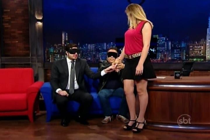 """20.mai.2014 - O humorista deficiente visual Geraldo Magela faz reconhecimento tátil para saber de a mulher é """"gostosa"""""""