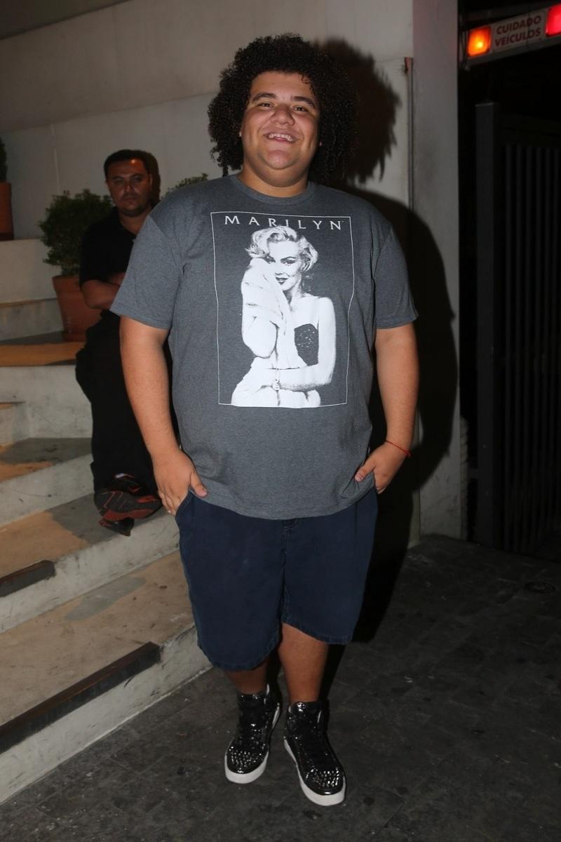 20.mai.2014 - Sem sua tradicional bata, o apresentador Gominho usa bermuda e camiseta no aniversário do empresário Rhoque Malizia, em boate na zona sul de São Paulo, na noite desta terça-feira