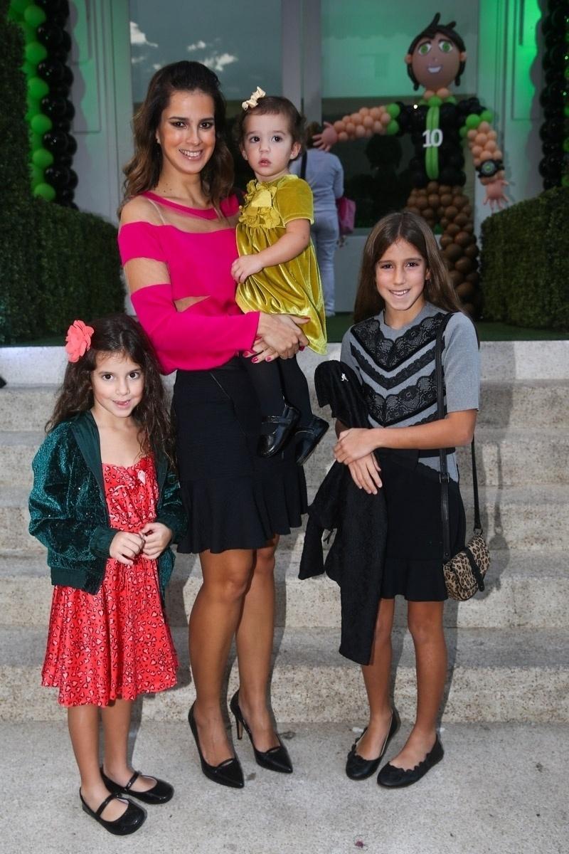 20.mai.2014 - Vera Viel e as três filhas Helena, Maria e Clara, mulher e filhas de Rodrigo Faro, prestigiam a festa de seis anos de Rodrigo, filho de Fausto Silva, em um buffet infantil de São Paulo. O garoto escolheu o tema