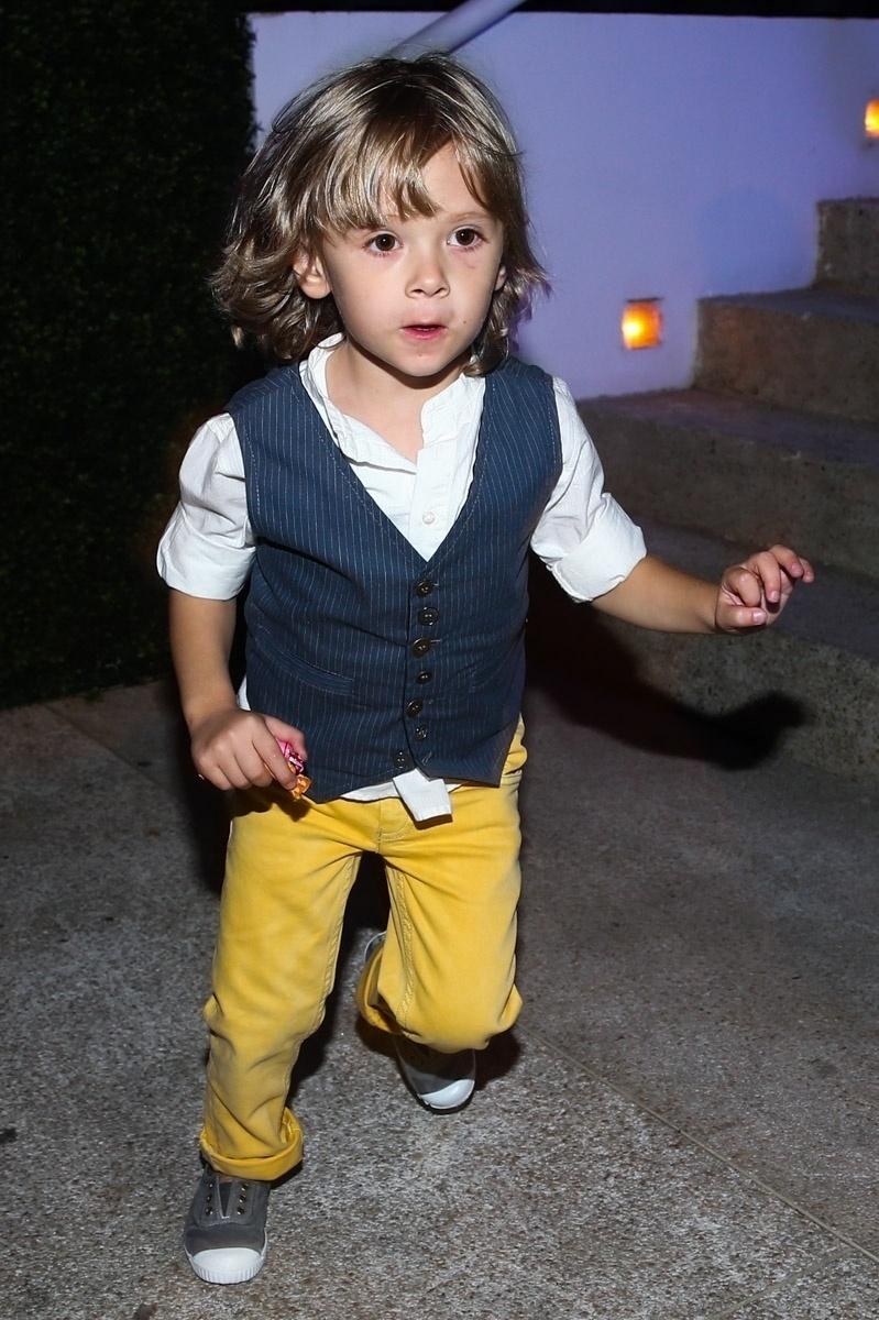 20.mai.2014 - Vittorio, filho de Adriane Galisteu e Alexandre Iodice, mostra seu estilo na festa de seis anos de Rodrigo, caçula de Fausto Silva, em um buffet infantil de São Paulo. O garoto escolheu o tema