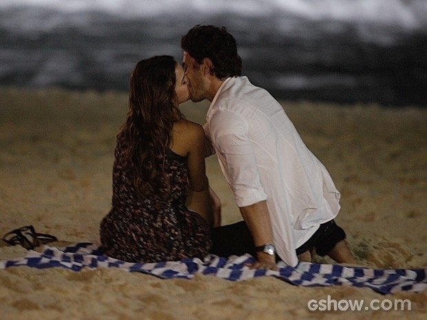 21.mai.2014 - Bruna Marquenize e Gabriel Braga Nunes gravam cena de beijo em uma praia do Rio